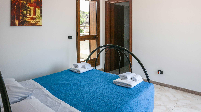 vista dell'interno sul letto matrimoniale nella stanza familiare quadrupla Afrodite del bed&breakfast Lido degli Dei di MadeInGallipoli