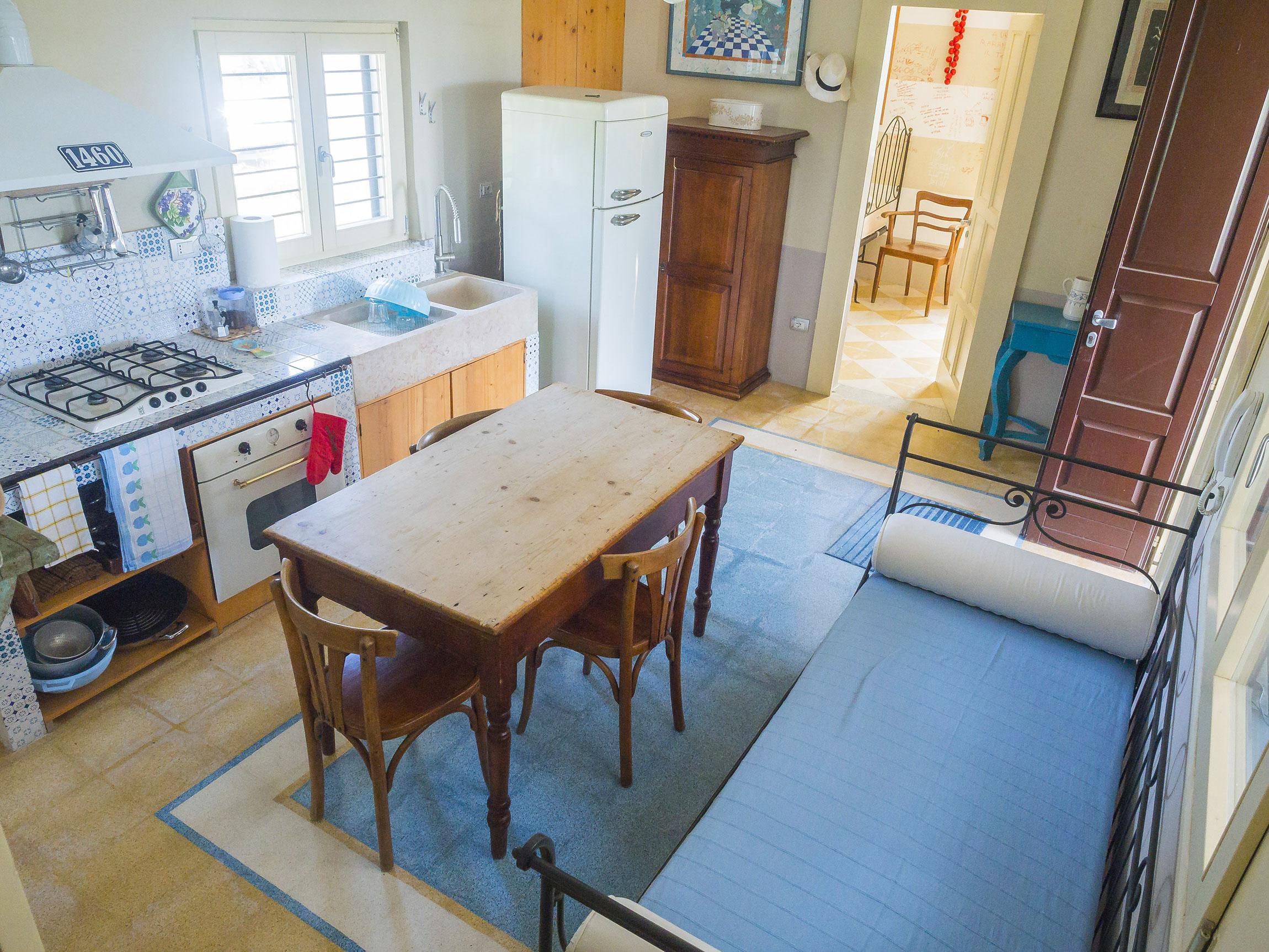 cucina con divano letto nella Tenuta delle Agavi di Made In Gallipoli